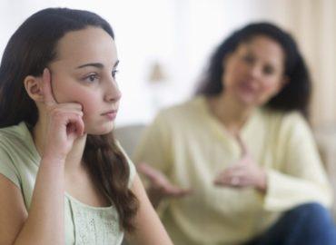 «Мама меня никогда не любила». С чем сталкиваются нелюбимые дочери?